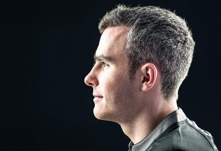 hombre deportista: Vista de perfil de un jugador de rugby en un fondo negro Foto de archivo