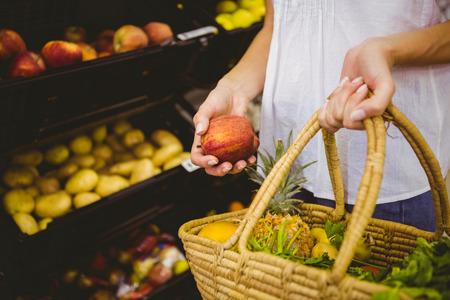 negocios comida: Sonriendo productos compra de la mujer rubia en un supermercado