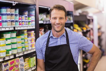 delantal: Retrato de un sonriente hermoso que tiene un delantal en supermercado Foto de archivo