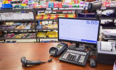 maquina registradora: Caja registradora en mesa de madera en el supermercado