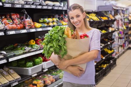 bolsa de pan: Bolsa de celebraci�n bastante rubia con pan y verduras en el supermercado Foto de archivo