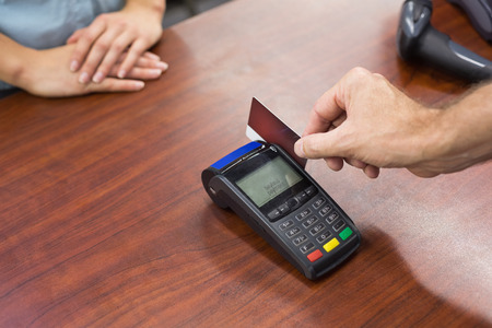 caja registradora: Mujer en la caja registradora pagando con tarjeta de cr�dito en el supermercado
