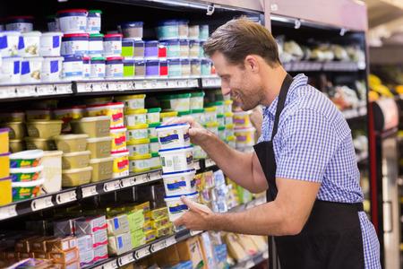 잘 생긴 웃는 슈퍼마켓에서 유제품을 복용
