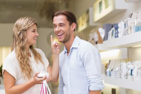 productos de belleza: Un par análisis de una muestra de productos de belleza en el centro comercial Foto de archivo