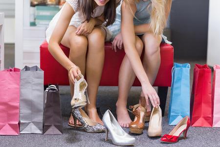 shoe store: Primer plano de la mujer trata de zapatos en la tienda de zapatos Foto de archivo