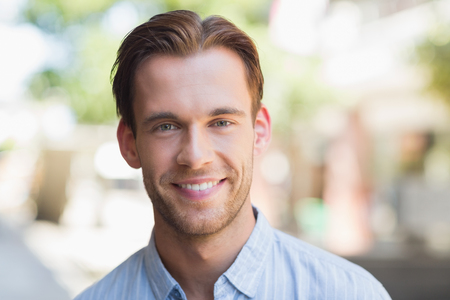 beau jeune homme: Portrait d'un homme souriant beau regardant la caméra Banque d'images