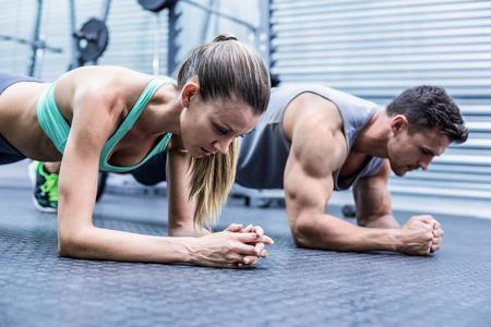 musculoso: Vista lateral de un par de ejercicios de encofrado haciendo musculares
