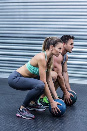 Eyacular pareja muscular que hace ejercicio de pelota