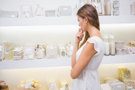productos de belleza: productos ojeada de la mujer enfocadas en un salón de belleza