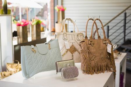 Handtaschen-Display in einem Modegeschäft