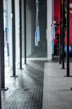 saltar la cuerda: Colgar cuerda de saltar en el gimnasio crossfit