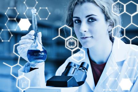 microscopio: Ciencia gráfica contra el científico que presenta con un microscopio y un frasco