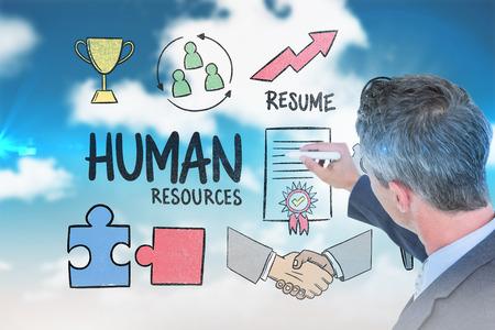 recursos humanos: El hombre de negocios por escrito contra el cielo azul