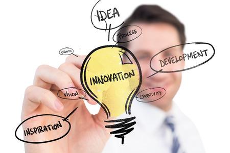 innovacion: Sonriente hombre de negocios por escrito con marcador negro sobre garabato innovación Foto de archivo