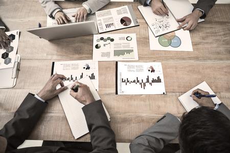 ejecutivo en oficina: Gr�fico Brainstorm contra interfaz de negocio con gr�ficos y datos