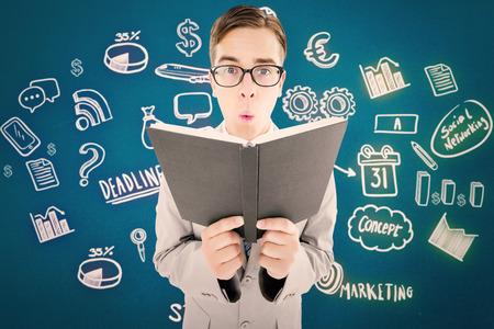 predicador: Predicador Geeky la lectura de la biblia negro sobre fondo azul Foto de archivo