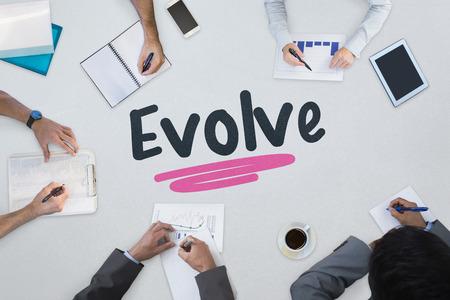 evoluer: Le mot �voluer contre r�union d'affaires Banque d'images