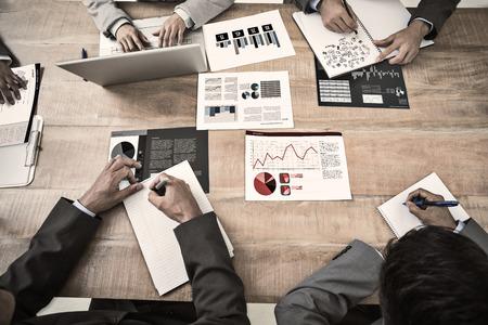 Brainstorm contra interface de negócios com gráficos e dados Banco de Imagens