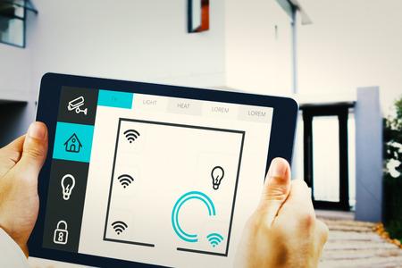 domotique: Homme utilisant tablet pc contre syst�me de domotique Banque d'images