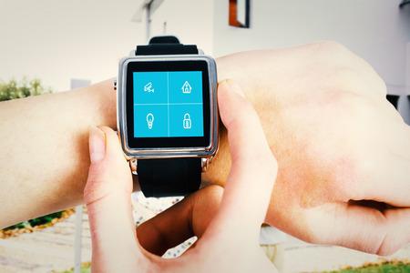 domotique: Femme utilisant smartwatch contre syst�me de domotique