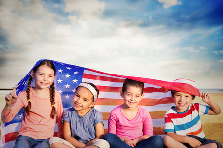 bandera estados unidos: Los ni�os con la bandera americana contra el sereno paisaje de playa