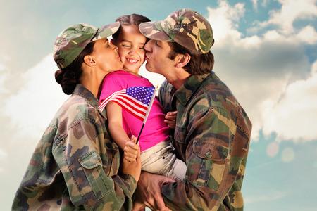 soldado: Soldados reunidos con los ni�os contra el cielo nublado Foto de archivo