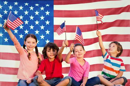 Děti s americkými vlajkami proti nám čeřil vlajkou Reklamní fotografie