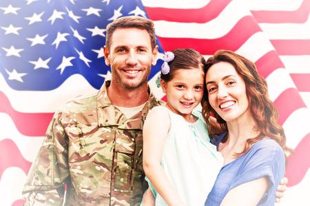famille: Soldat r�unis avec leurs familles contre nous ondul� drapeau