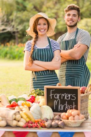 agricultor: Agricultores felices de pie brazos cruzados en un d�a soleado