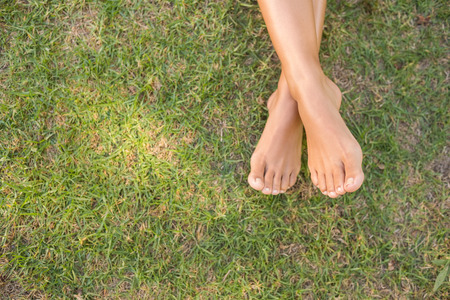 pies descalzos: Descalzo en la hierba en un d�a soleado Foto de archivo