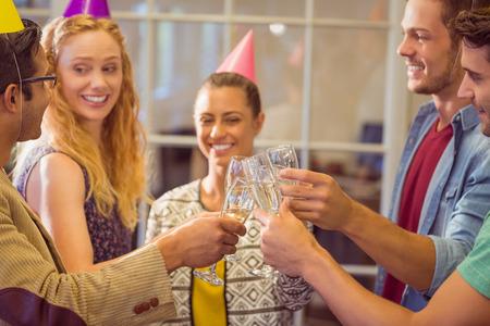 gente celebrando: Creative business people celebrating a birthday