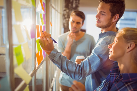 Junge kreative Geschäftsleute im Büro