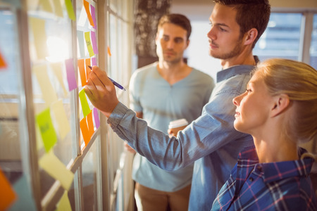 reunion de trabajo: La gente de negocios creativos jóvenes en la oficina