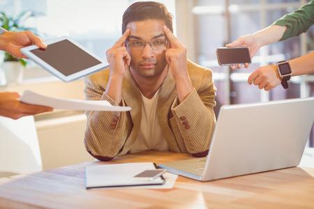 ansiedad: Hombre que rodea por el trabajo en el trabajo