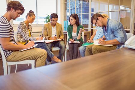 Atento equipo de negocios creativos en reunión en la oficina