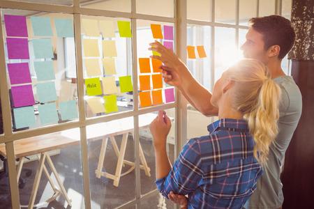 lluvia de ideas: La gente de negocios creativos j�venes en la oficina