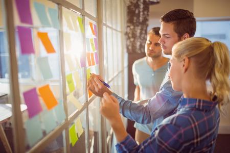 trabajo en equipo: La gente de negocios creativos jóvenes en la oficina