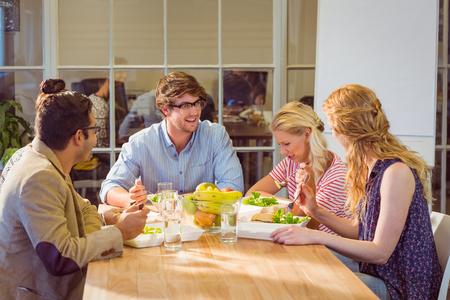 to lunch: Los empresarios j�venes que almuerzan juntos Foto de archivo