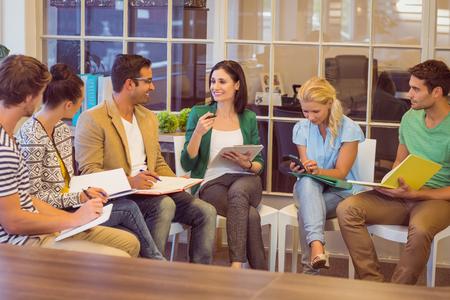 Aandachtige creatieve ondernemers in de vergadering op kantoor Stockfoto