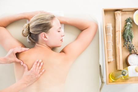 masaje: Mujer que disfruta de un masaje de espalda en el spa de salud Foto de archivo