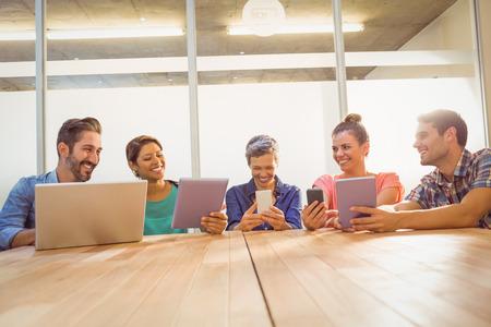 gente reunida: La gente de negocios creativos jóvenes con ordenador portátil y tableta digital en la oficina