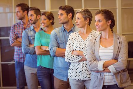 Photo de groupe d'une équipe de l'entreprise de création souriant regardant loin Banque d'images