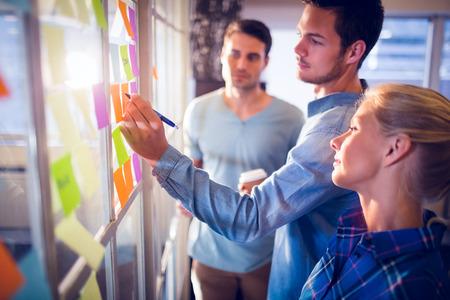 lluvia de ideas: La gente de negocios creativos jóvenes en la oficina