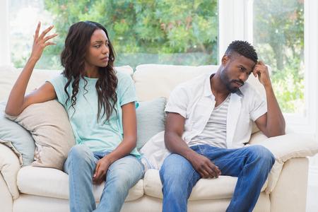 pareja enojada: Pares que tienen argumento en el sofá en casa en la sala de estar