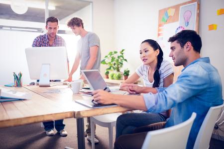 ejecutivo en oficina: Equipo de negocios creativos reunidos alrededor de las computadoras port�tiles en la oficina Foto de archivo