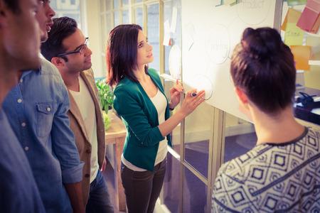 事務所での議論の若い同僚のグループ 写真素材