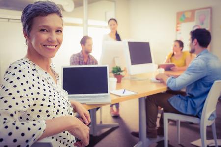 mujeres de espalda: Primer plano de una mujer de negocios mirando a la cámara en la oficina