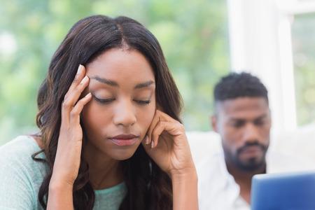 pareja enojada: Mujer trastornada siendo ignorada por el socio en su casa en la sala de estar