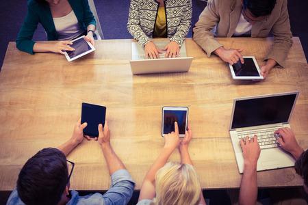 jeune fille: Les jeunes cr�atifs d'affaires avec un ordinateur portable et tablette num�rique dans le bureau Banque d'images