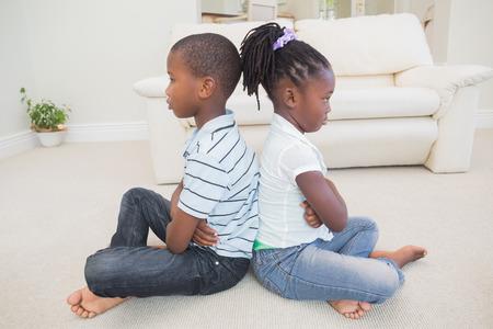 pelea: Los hermanos no hablan el uno al otro en su casa en la sala de estar Foto de archivo